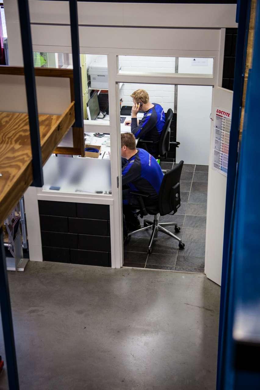 Op kantoor worden offertes gemaakt. Ook worden er technische zaken uitgezocht voor klanten.