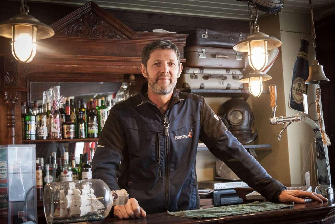 René aan de 'verkeerde' kant van de bar in de Kajuit
